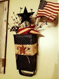 Râpe à fromage country primitive. Americana Crafts, Patriotic Crafts, Country Crafts, July Crafts, Summer Crafts, Holiday Crafts, Rustic Americana Decor, Primitive Country Decorating, Easy Primitive Crafts