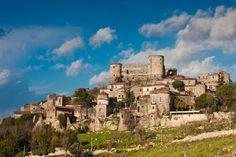il borgo e il castello di Vairano Patenora, in Campania. 41°20′00″N 14°08′00″E