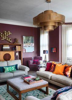 susi-bellamy-wohngeschichte-homestory-designerin-decohome-paul-raeside-lila-wand-wohnzimmer Loft, Furniture, Design, Home Decor, Lilac Walls, Tiny Apartments, Mansion, Apartment Furniture, Vibrant Colors