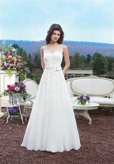 Romantisches elfenbeinfarbenes Brautkleid aus venizianischer Spitze und Chiffon im A-Linien Stil - von Sincerity
