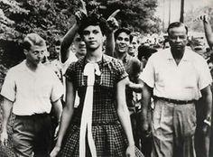 Momentos que han dejado marca: El primer día de Dorothy Counts (1957) en la escuela Harding High en los Estados Unidos. Counts fue una de las primeras estudiantes negras admitidas en la escuela.