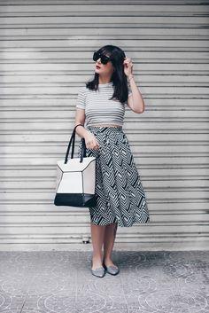 Look da Danielle Noce com tons frios, saia geométrica, top cropped de listras
