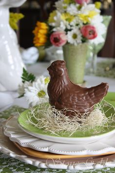 StoneGable: Tablescapes- TONS of beautiful table ideas Happy Easter, Easter Crafts, Easter Decor, Easter Ideas, Easter Chocolate, Chocolate Treats, Chocolate Chicken, Easter Dishes, Easter Table Settings