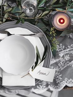 Here we have mixed white and gray porcelain for a sober feeling. Ikea Arv, Ikea Candles, Ikea Christmas, Before And After Diy, Ikea Table, Winter Table, Dinner With Friends, Christmas Tablescapes, Deco Table