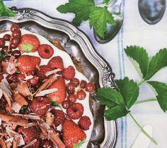 Lavkarbo, ketogen og glutenfri hasselnøttmarengs med bær og syrlig krem Low Carb Recipes, Meal Planning, Strawberry, Tasty, Meals, Fruit, Food, Low Carb, Meal