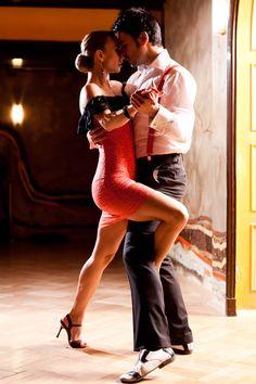 A+lelkek+tánca…. Felkér+egy+idegen,+TE+igent+mondasz,+lehet+Te+már+profi+táncos+vagy,+ő+nem,+lehet+Te+nem+táncolsz+jól,+de+ő+igen,+vagy+akár+mindketten+hivatásos+táncosok+vagytok.+Ez+nem+is+lényeges,+hiszen+senki+sem+tudja,+idegenek+vagytok+a+helyen. Elindul+a+zene,+ha+egy+tengerparton+a…
