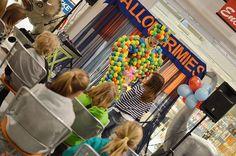 Pallomerimies on yksi päivän hiteistä! Rohkeat avustajat saavat kiitokseksi veikeät ilmapallokoirat. Oulu (Finland)