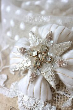 Irena Gasha/Ирена Гаша - Сайт irenagasha Border Embroidery Designs, Beaded Embroidery, Couture Embroidery, Handmade Beaded Jewelry, Brooches Handmade, Quilted Ornaments, Bead Sewing, Lesage, Beaded Brooch
