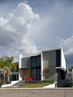 Construído pelo Agraz Arquitectos na Zapopan, Mexico na data 2013. Imagens do Mito Covarrubias. O primeiro filho desta crescente família chegou ao mundo durante a construção desta casa na qual se pode juntar todas...