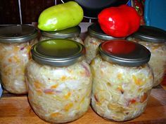 Přílohový salát z hlávkového zelí, paprik, mrkve, cibule, pórku a sladkokyselého nálevu. Food To Make, Mason Jars, Salads, Food And Drink, Homemade, Canning, Fruit, Vegetables, Drinks