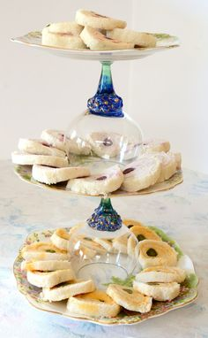 These dainty rolled tea sandwiches are a throwback to the - a perfect tribute to Mom in view of approaching Mother's Day. Cream Cheese Sandwiches, Tea Party Sandwiches, Finger Sandwiches, Turkey Sandwiches, Rolled Sandwiches, English Tea Sandwiches, Pinwheel Sandwiches, Vegan Sandwiches, Tapas