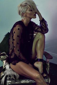 Te dziewczyny wychodzą naprzeciw stereotypowi mówiącemu, że kobiecość związana jest z włosami do pasa. Pixie cut to obcięcie włosów na tzw. chłopczycę. We fryzurze zakochały się gwiazdy i wszystkie dziewczyny, które cenią sobie wygodę i niebanalny look. Tak ścięte włosy nosiły już w 2006 roku Victoria Beckham czy Halle Berry. Fankami takich stylizacji są również Emma Watson, Rihanna czy serialowa pierwsza dama USA - Robin Wright. Dziś obcięcie w stylu picie wraca do łask, gwiazdy z…