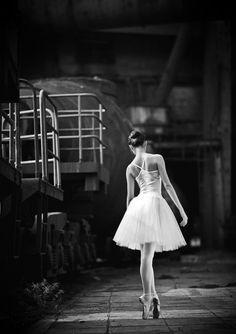 Une ballerine se promenant c'est beau en Noir et Blanc @Christian Radmilovitch @Carole Delva  #LaVieEnNoir avec @Piaget Huewe