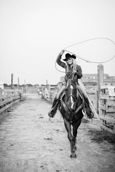Western horse and cowgirl Foto Cowgirl, Cowgirl And Horse, Cowboy Up, Horse Love, Cowgirl Baby, Western Photography, Equine Photography, Country Girl Photography, Horse Girl Photography