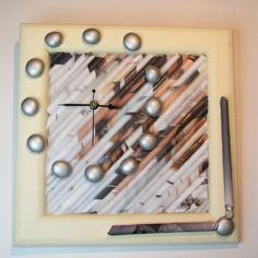 Pendule baguettes papier et galets sur support cadre bois