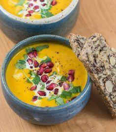 Orientalische Karotten-Ingwer-Suppe mit Granatapfelkernen Sopa oriental de zanahoria y jengibre con semillas de granada
