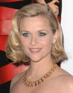 Reese Witherspoon's short blonde elegant hairstyle