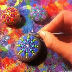 WarNet.ws: The artist draws on the rocks thousands of tiny dots, creating a colorful mandala (15 photos)
