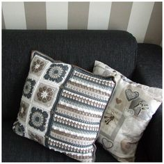 Especial and More: haken : Gehaakte kussenhoes granny-squares and stripes Crochet Pillow Pattern, Crochet Cushions, Cushions To Make, Cushion Covers, Throw Pillows, Quilts, Blanket, Black And White, How To Make