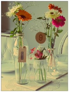 """CENTRO DE MESA BLONDA Cada centro de mesa incluye: - 2 carpetas redondas tipo crochet - Flores de estación - Tag señalador - 2 azulejos con motivo vintage - 3 floreros customizados - Portavelas globito - Señalador de número de mesa """"blonda"""""""