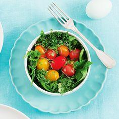 """Der perfekte Oster-Salat: In 4 kleinen Schüsseln ein Nest aus Salat anrichten. Als """"Ostereier"""" farbenfrohes rundes Gemüse wie Datteltomaten oder Radieschen hineinlegen. Für das Kartoffeldressing 2 Zwiebeln und 2 Kartoffeln schälen, fein würfeln und mit 2 EL Öl in einem Topf ca. 1 Minute dünsten. Mit 200 ml Brühe ablöschen und ca. 10 Minuten köcheln lassen. Die Kartoffeln in der Brühe zerdrücken, 2 EL Essig und 1 EL Senf einrühren. Mit Salz und Pfeffer abschmecken."""