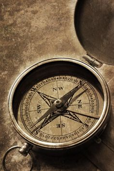 Een kompas gebruikte men vroeger om mee te navigeren op zee ook gebruikte zij daar sterren voor.