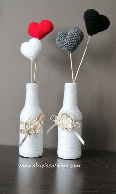 Mini jarroncitos Flor con corazones de ganchillo. Se pueden usar como difusores de aceites esenciales.