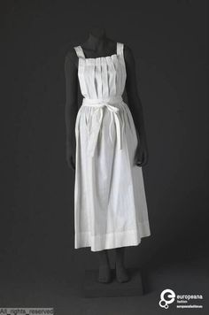 Nurse apron in cotton, ca. 1900-1920. Courtesy MoMu - ModeMuseum Provincie Antwerpen, all rights reserved.