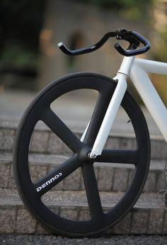 I want the rims for my fixed gear bike Cool Bicycles, Cool Bikes, Pimp Your Bike, Bici Fixed, Bike Details, Fixed Gear Bicycle, Urban Bike, Bike Style, Bike Parts