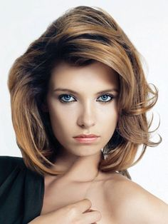Shoulder-length layered hairstyles create a great impact on all women, regardless of face shape, age or hair texture. Browse through the most wanted looks and pick yourself a stylish shoulder length haircut for your next salon appointment! Shoulder Length Layered Hair, Medium Length Hair With Layers, Medium Layered Hair, Medium Long Hair, Medium Hair Cuts, Short Hair Cuts, Medium Hair Styles, Curly Hair Styles, Short Wavy