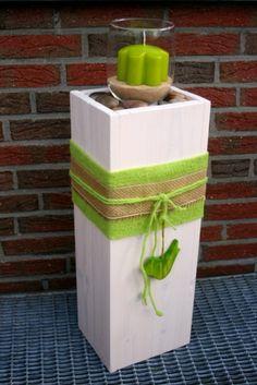 Dekorative Säule aus Holz mit rückwärtigem Staufach in frühlingshafter Farbgebung.  Außen weiß und liebevoll mit Filz- und Jutebändern, sowie mit grünem Holzvogel verziert.  Oberer Boden ca.2cm...