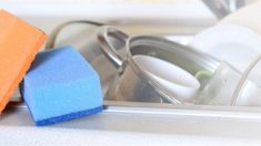 DIY way to clean your sponge House Cleaning Tips, Cleaning Hacks, Clean House, Tray, Trays, Household Cleaning Tips, Board