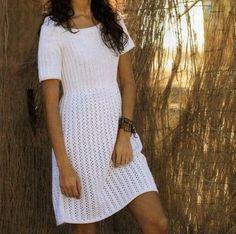 Il fascino di questo lavoro a maglia sta tutto nella sua semplicità: un abitino estivo bello e senza fronzoli, in leggero filato di cotone. Le righe traforate daranno un tocco assolutamente unico.