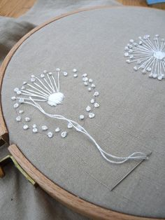 french knots in cross stitch French Knot Embroidery, Basic Embroidery Stitches, Hand Embroidery Videos, Hand Embroidery Tutorial, Embroidery Flowers Pattern, Simple Embroidery, Crewel Embroidery, Hand Embroidery Designs, Vintage Embroidery