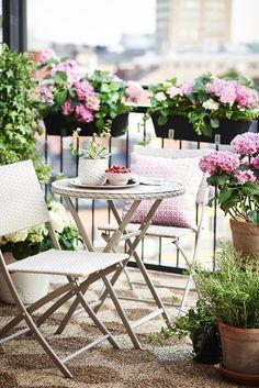 Apartment Deck, Apartment Balcony Garden, Small Balcony Garden, Small Balcony Decor, Balcony Flowers, Balcony Plants, Apartment Balconies, Small Porch Decorating, Tiny Garden Ideas
