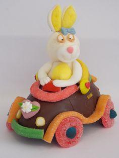 A coelha de marshmallows dirigindo seu carro feito com meia casca de ovo de pascoa  com balas de gelatina!!!