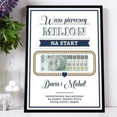 Spełnij marzenie nowożeńców już na początku ich wspólnej drogi życia! Jak połączyć oryginalny prezent ślubny, kopertę z pieniędzmi i sympatyczną dawkę humoru? Ten plakat łączy wszystko. Nie ma co być sknerą - wyróżnij się na tle innych i wręcz Parze Młodej pierwszy milion na mocny start! Wystarczy, że za szybką w odpowiednim miejscu plakatu ułożysz na sobie banknoty, tworząc z nich oszałamiające s ... Wedding Gifts For Couples, Couple Gifts, Party Gifts, Quilling, Anniversary Gifts, Diy And Crafts, Presents, Birthday, Frame