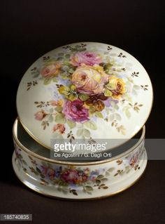 round-box-with-floral-decoration-porcelain-by-sandoz-limoges-france-picture-id185740835 (356×482)