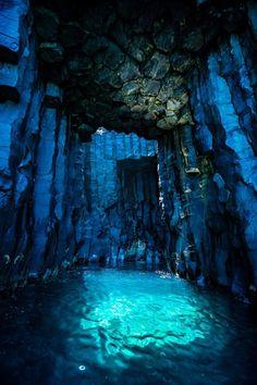 六角形の柱で創られた自然の神秘『フィンガルの洞窟』