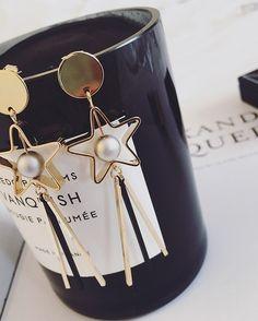 BÔNG TAI NGÔI SAO THANH VÀNG B3778 Bông tai ngôi sao thanh vàng thương hiệu YUNA được làm bằng hợp kim màu vàng ánh kim. Bông tai hình ngôi sao tòn ten cá tính và hiện đại. Thích hợp với mọi bạn gái.  90.000