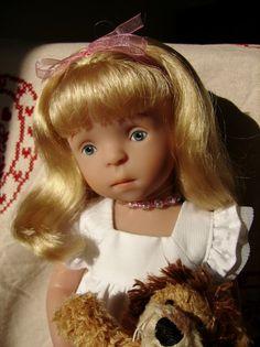 Je vous présente une petitoune qui m'a ensorcelée (et oui encore une !!!). Il s'agit d'Odalys, c'est une poupette d'une trentaine de cm dont le moule a été créé par la très célèbre et talentueuse Sylvia Natterer pour la marque Käthe Kruse. Elle fait partie...
