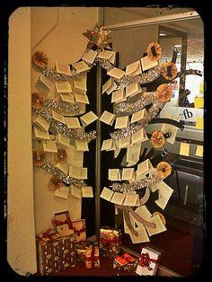 Eco árbol navideño, realizado con hojas de libros y revistas