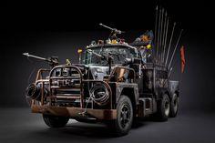Die PS-Monster aus Mad Max vor der Kamera. Ganz puristisch und ohne den Staub der Wüste Namibias #madmax #furyroad #props #propmaking #film #movie #automotive #cars #madmaxcars #postapocalyptic #johnplatt #georgemiller #carsofinstagram #truck #semi  📝 Article: Johannes 📷 Photo: John Platt 🍰 Link: http://schoenhaesslich.de/2017/die-fahrzeuge-aus-mad-max-fury-road-im-fotostudio/