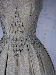 Ideas Fashion Art Clothes Fabric Manipulation For 2019 1950s Fashion, Fashion Art, Vintage Fashion, Fashion Design, Dress Fashion, Fashion Clothes, Runway Fashion, Smocking Patterns, Sewing Patterns