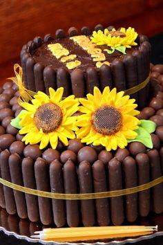 Bolo de chocolate da Marta com girassóis feitos em pasta de açúcar