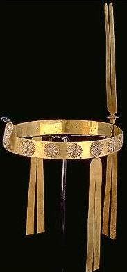 Diadem of Sat-Hathor-Yunet Daughter of Senusert II Middle Kingdom 12th Dynasty Reign: Amenemhat III This type of diadem was usually fitted on a wig with long braids, each one of which was clasped in little gold rings. The diadem takes the form of a large flat band of solid gold, ornamented with a uraeus & rosettes. Both the gold cloissonne rosettes & the uraeus are ornamented with lapis lazuli, carnelian & green faience. The uraeus head is of lapis lazuli & eyes are of garnet set in gold rims.
