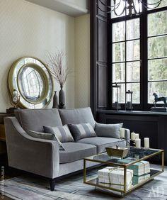 Фрагмент кабинета. Диван, The Sofa & Chair Company; столик и зеркало, Julian Chichister; люстра, Restoration Hardware. Стены оклеены обоями, Paravox Grafia