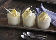 Frisk og luftig dessert pyntet med flødeskum, hvid chokolade og juliennestrimler af citronskal.