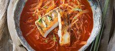 Zutaten: 600 g Weißkraut; 200 g Zwiebeln; Öl zum Braten; 1 TL Zucker; 2 EL edelsüßes Paprikapulver; 1 EL Tomatenmark; 1 TL Kümmel; 2 EL Essig; 800 ml Gemüsesuppe oder Rindsuppe; Salz, Pfeffer; 400 g Zanderfilet; 3 Scheiben Toastbrot; 1 EL Butter; frische Majoranblätter zum Bestreuen! Mehr dazu auf der ADEG Website! Thai Red Curry, Ethnic Recipes, Food, Fish Dishes, Vinegar, Sugar, Sandwich Loaf, Essen, Eten