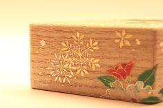 Artist:中村祐子(Yuko Nakamura) 作品名:香合「雪」 動画 vimeo.com/95088832 こちらは、中村さんの香合の作品です。今回の展覧会のために特別に仕上げて頂いた作品です。雪、月、花の3種類があります。その「雪」の作品です。